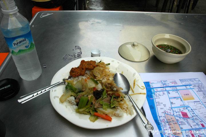 태국 노점에서 맛본 덮밥