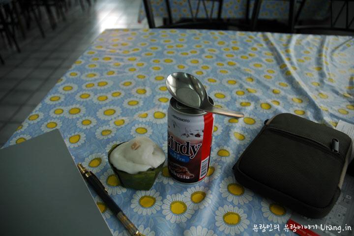 정체모를 코코넛 음식과 캔커피