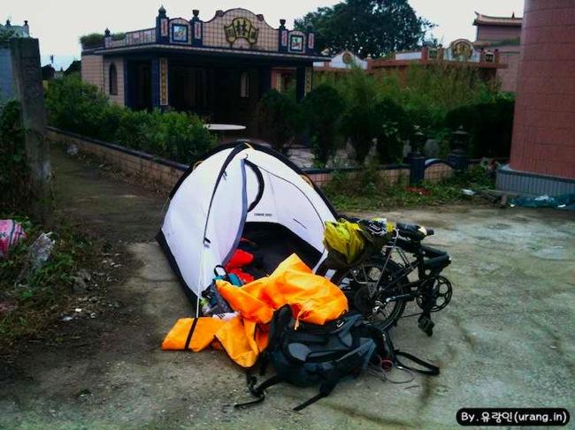 Tiwan camping at tomb