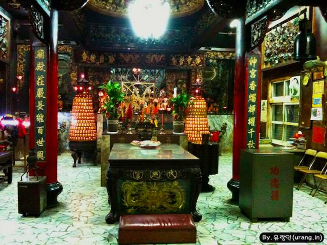 Tiwan staying or camping at chinese temple