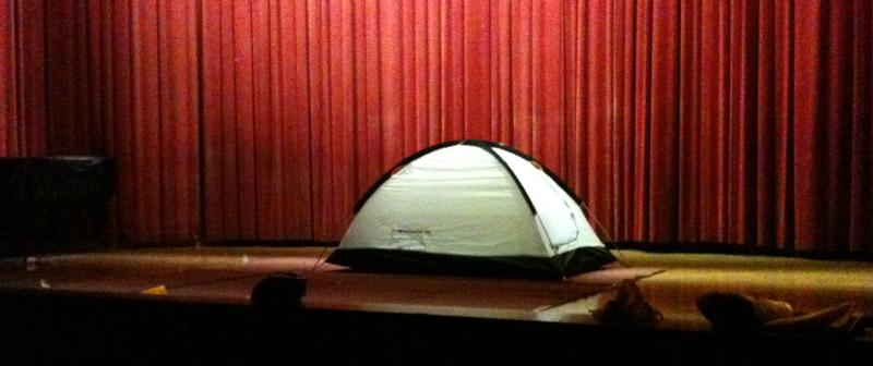 무대위에 텐트를 치다