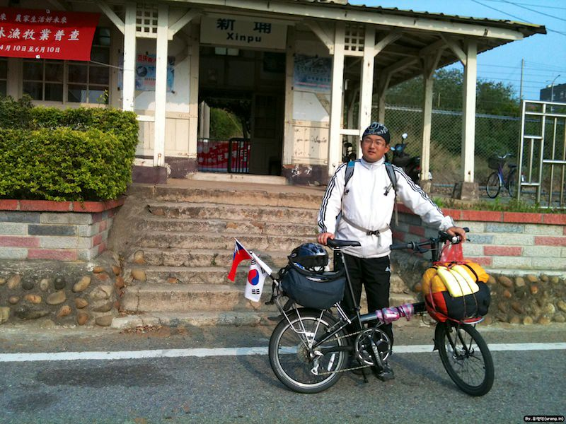 Urangin Take a Photo Front of Xinpu Station