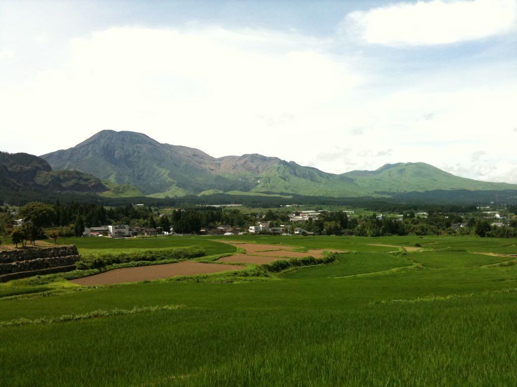 산 기슭에서 바라본 아소산