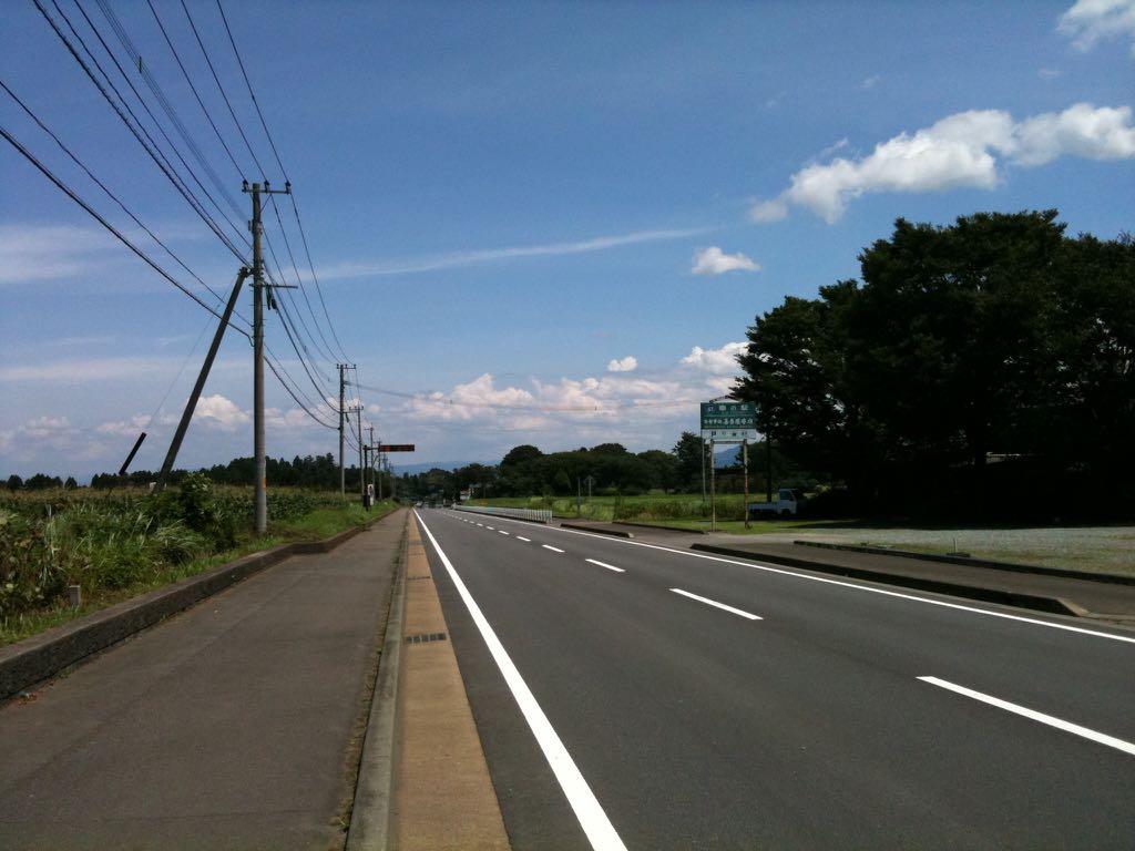 푸른 하늘과 시원하게 뻗은 도로