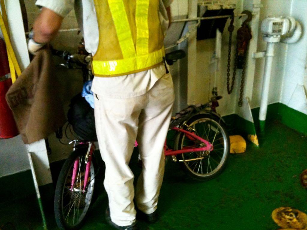 자전거를 결박하는 선박회사 직원