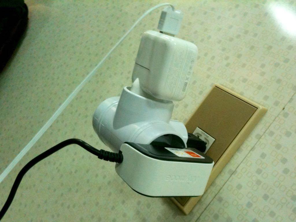 콘센트 하나에 주렁주렁 매달린 각종 전자기기