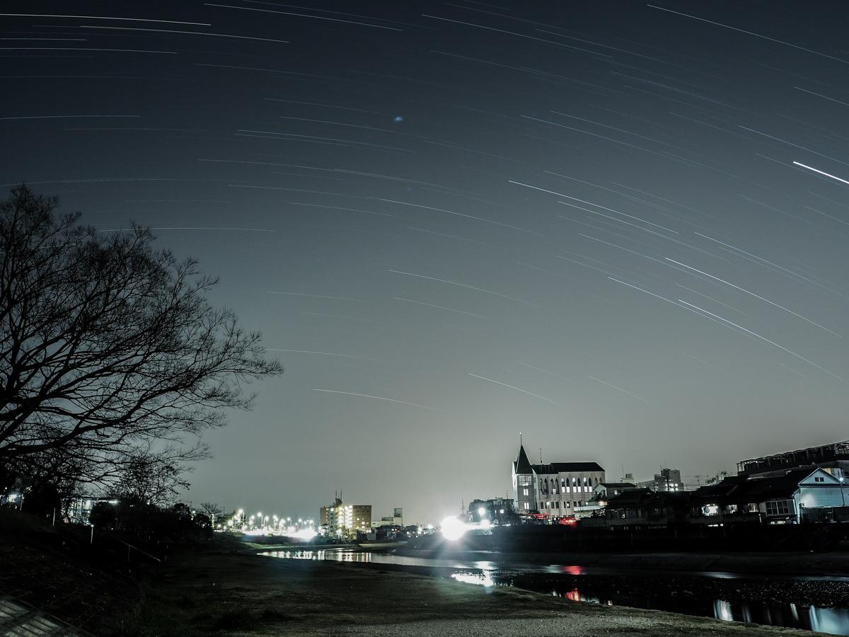 교토 카모가와 별 궤적 사진.