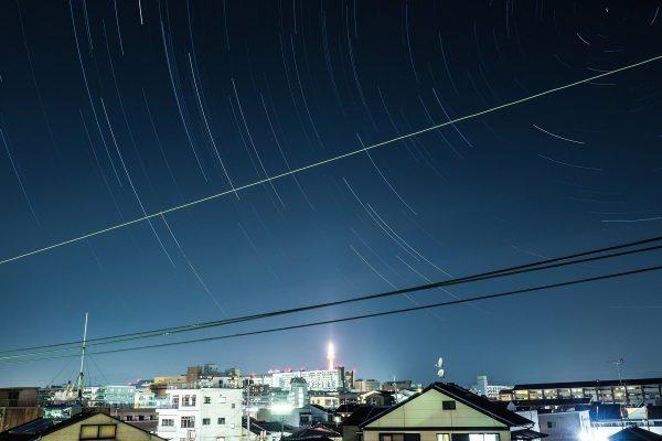 내가 사는 맨션에서 찍은 별 궤적 사진. 교토타워와 교토역이 보인다.