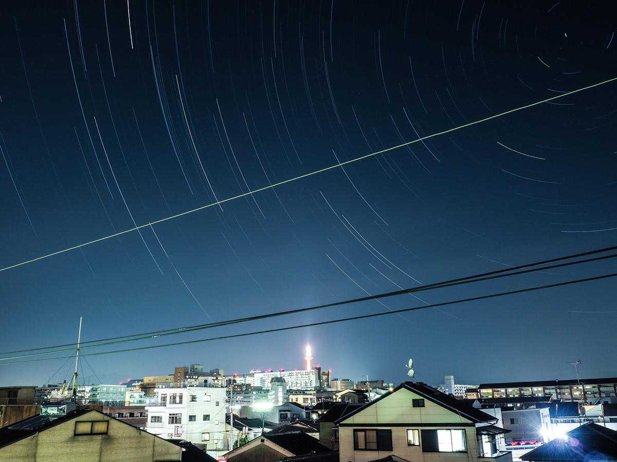 내가 사는 맨션에서 찍은 별궤적 사진. 멀찌기서 교토타워와 교토역이 보인다.